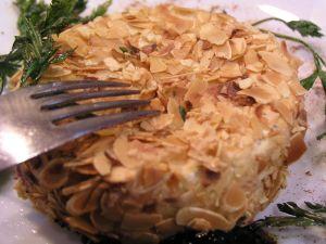 Smażony Camembert w migdałach