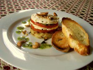 Pomidor z mozzarellą na ciepło – pyszne wegetariańskie stosiki